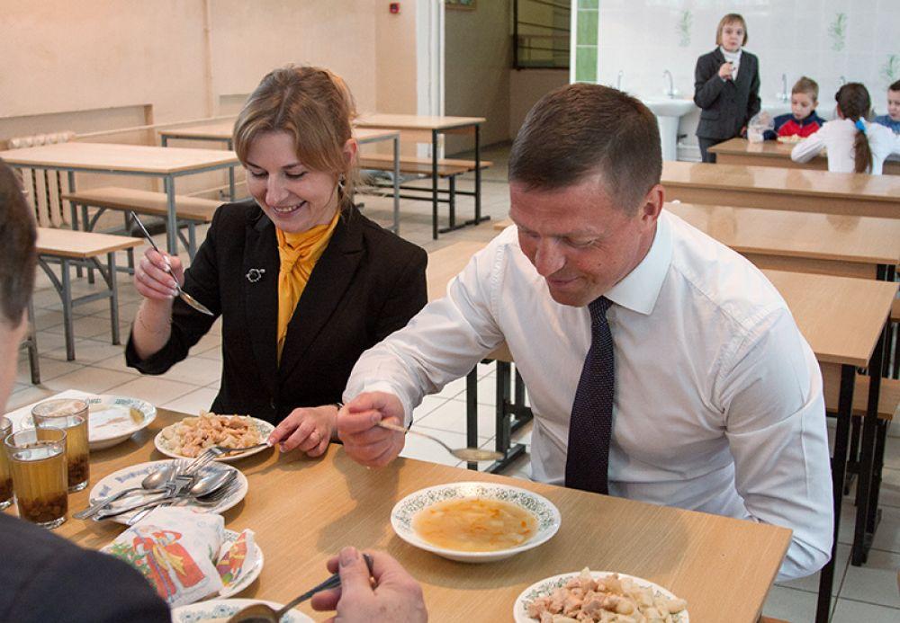 Николай Николаевич вместе со школьниками проверяет качество обедов в столовой  смоленской школы № 29. Меню, в которое вошли макароны с мясом, гороховый суп, булочка и компот, глава города остался доволен.