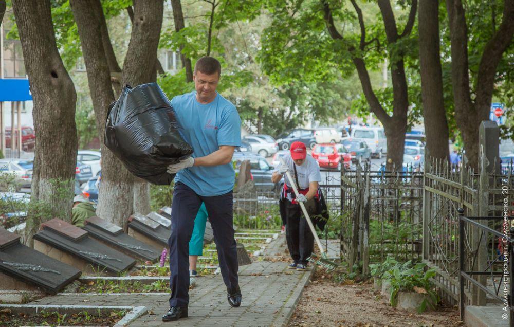 Мэр Николай Алашеев помогает поисковикам из отряда «Доброхоты» в благоустройстве воинского захоронения на кладбище «Клинок».