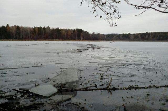Лёд на пруду, где рыбачили мужчины, оказался слишком тонким.