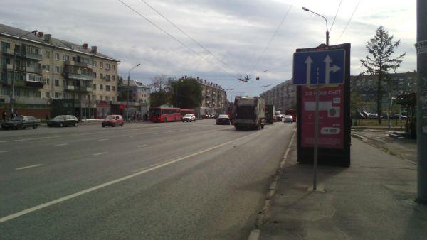 Перекресток Декабристов и Волгоградской: у кого двоится в глазах? Судя по разметке, здесь четыре полосы движения, а не две, как на знаке.
