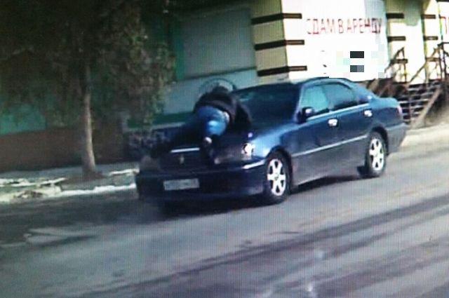 Из-за маневрирования автомобиля правоохранитель мог попасть под колеса и погибнуть.