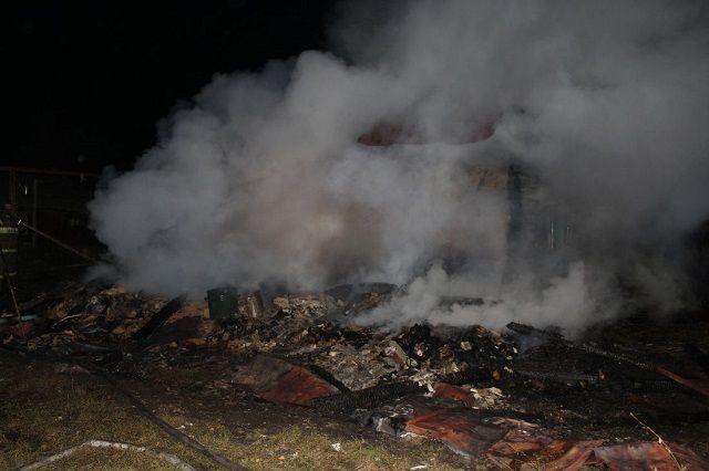 При пожаре сгорели пристрой и кровля дома.