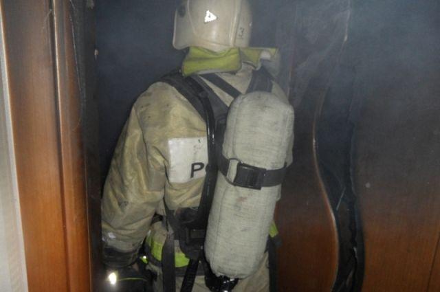 Изгорящего дома наКирова вТуле cотрудники экстренных служб вывели двоих пожилых людей