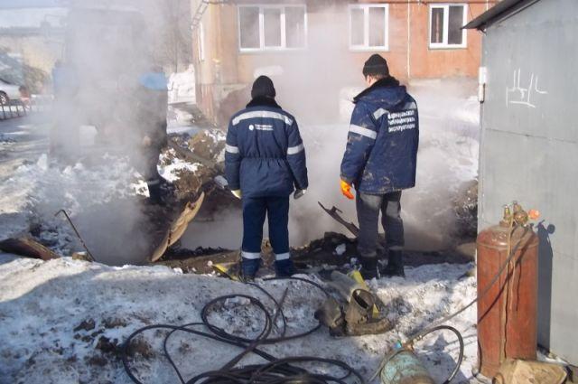 В Барнауле устраняют последствия коммунальных аварий