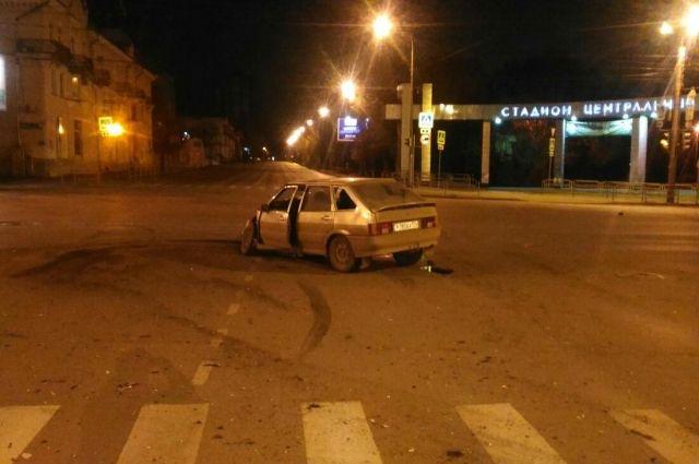 Грузовая «Газель» протаранила ВАЗ иперевернулась вцентре Челябинска Пострадали трое