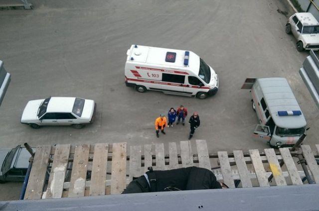На ул. Перспективная, 9 одному из строителей стало плохо на высоте 8 метров.