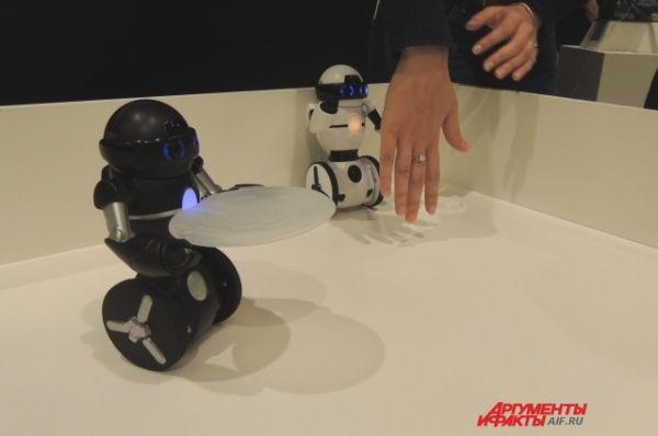 Эти роботы могут работать официантами: подавать еду и напитки