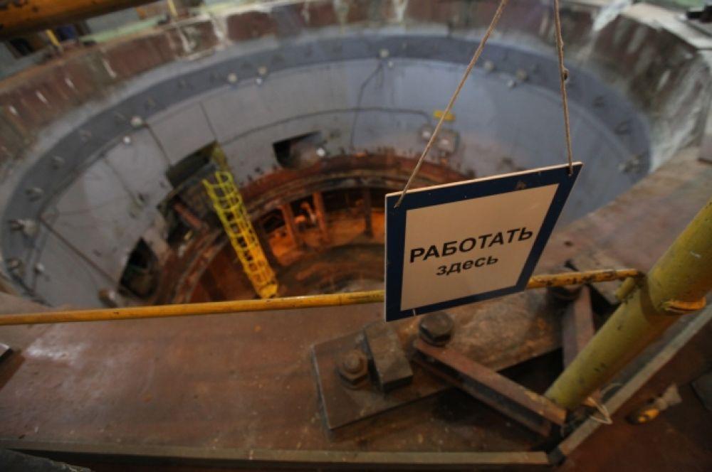 Внутри здания  - огромная шахта гидрогенератора, в которой с ревом вращается четырехсоттонный ротор.