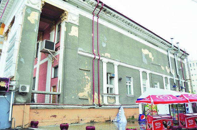 Реконструкция не затронет сквер позади кинотеатра и площадь перед ним.