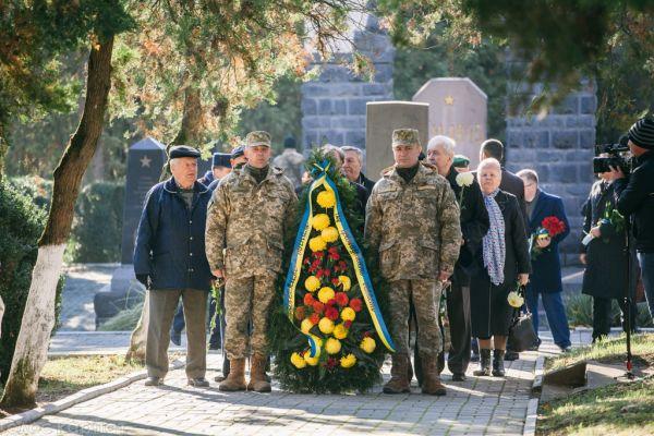 Вся Украина может как радоваться, так и скорбить в этот день. Ужгородцы тоже помнят об этом