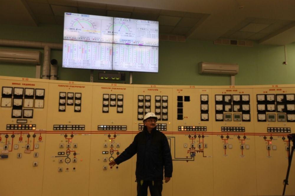За работой ГЭС неустанно следят диспетчеры. аппаратура позволяет делать это без длительного обхода территории.