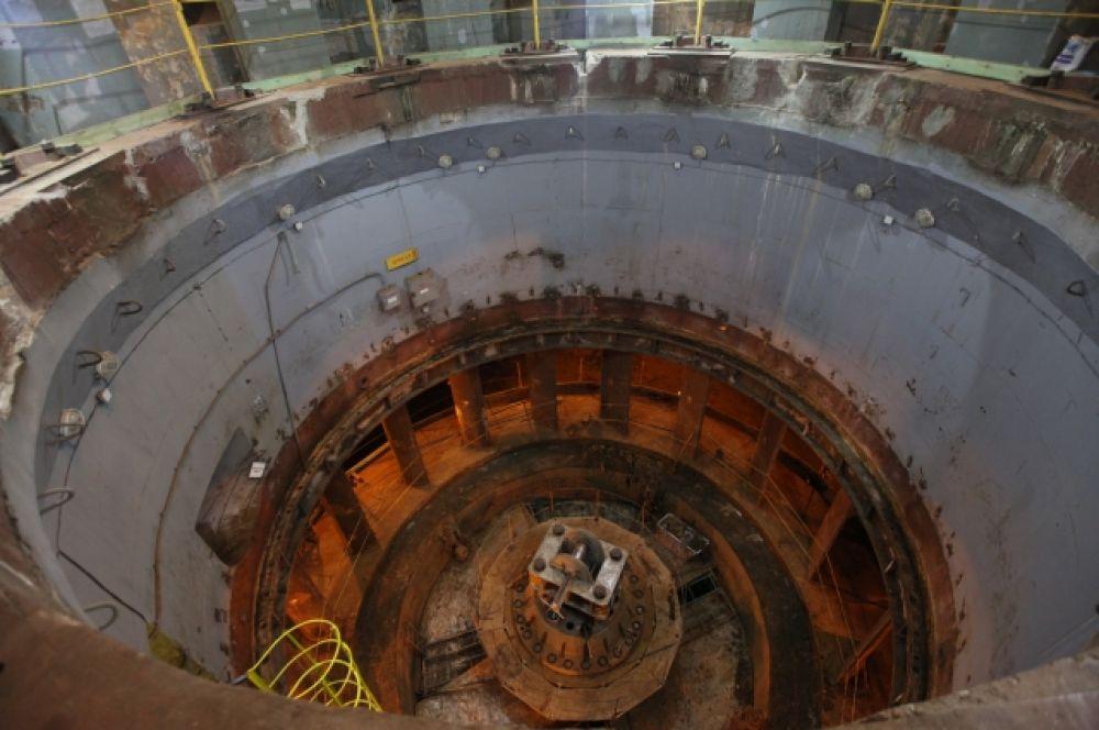 Новосибирскую ГЭС начали строить в 1950 году. Первые два блока запустили в 1957 году.  И только спустя два года станция заработала в полную мощность.
