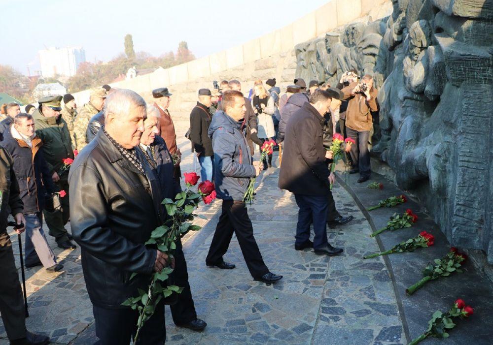 Обычные люди разных возрастов приходили чтобы показать свое уважение воинам, которые погибли в боях за освобождение Украины