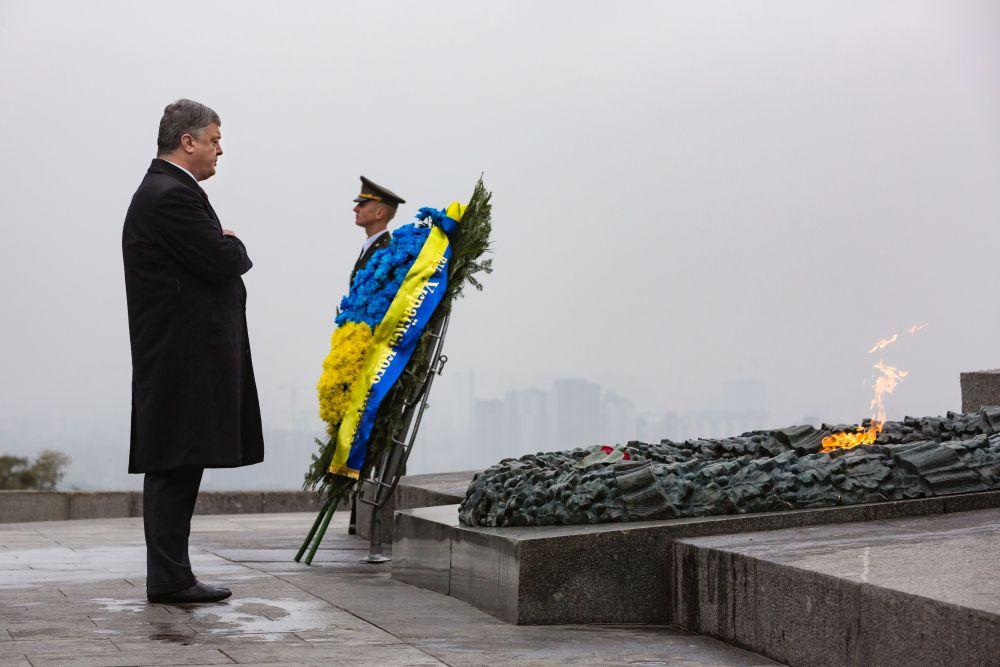 Глава государства традиционно почтил память погибших, которые помогли выгнать нацистов из страны