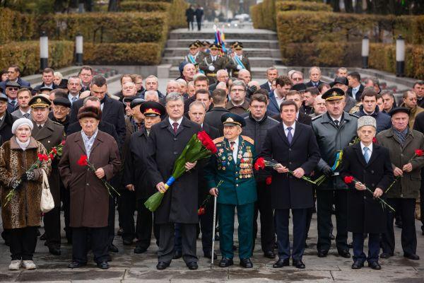 Президент Украины Петр Порошенко с министрами и ветеранами были мрачными