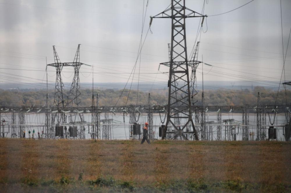 На экскурсии всем желающим рассказали, как работают турбины и генераторы, производящие электричество, и что скрывается за колючей проволокой режимного объекта.