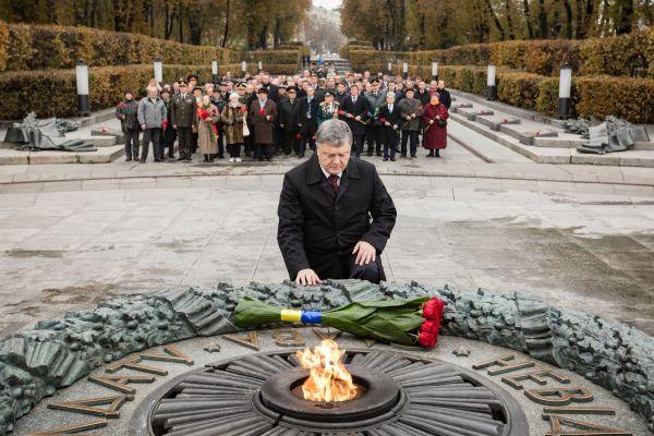 Возложение цветов возле вечного огня в парке Славы в Киеве