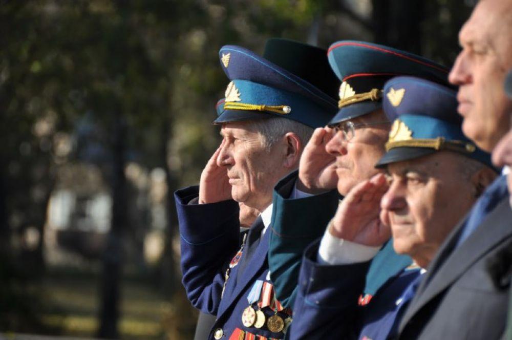 А вот ветераны Полтавы отдают свою честь