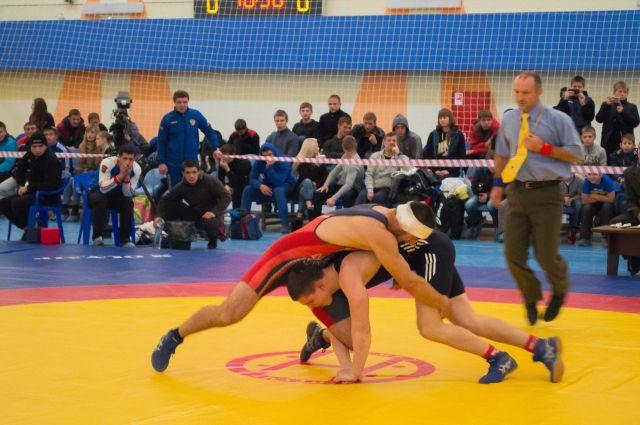 Арип Абдулаев стал первым напервенстве РФ повольной борьбе