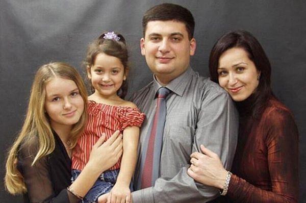 Это семья премьер-министра Украины Владимира Гройсмана. Справа его жена - Елена Гройсман
