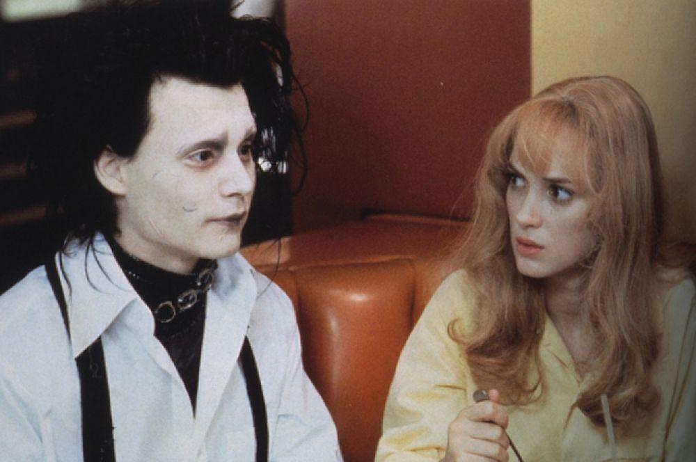 В 1990 году Райдер получила главную роль в картине Бёртона «Эдвард Руки-ножницы», привлёкшей внимание критики и собравшей более $56 млн в кинотеатрах США. Джонни Депп, бывший партнёром по фильму, стал её бойфрендом.