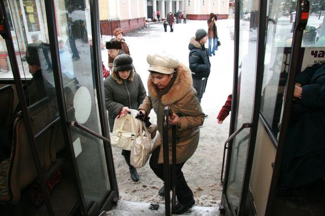 ВКрасноярске беременную женщину с сыном зажало вдверях автобуса