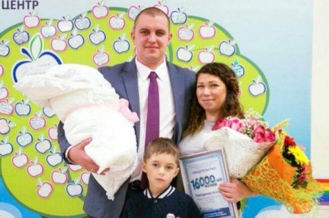 На выписке доктора вручили родителям малышки корзину с подарками.