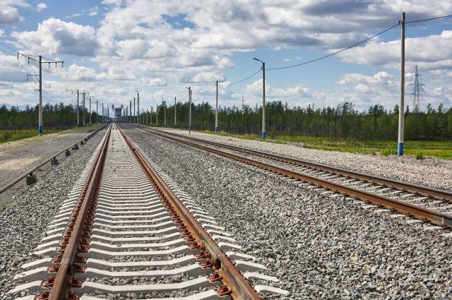 Железнодорожник, пытаясь пролезть под поездом, лишился обеих ног