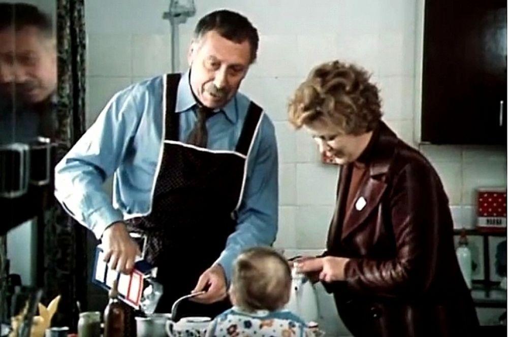 Фильм «По семейным обстоятельствам», 1977 год. Папанову хватило небольшой роли, чтобы запомниться зрителю в образе пенсионера-няня в комедии «По семейным обстоятельствам». Герой Папанова работает в семье с непростыми отношениями, чтобы заработать на няню для собственного внука. «Усатый нянь» не хочет сидеть с ним сам, чтобы сильно не переживать.