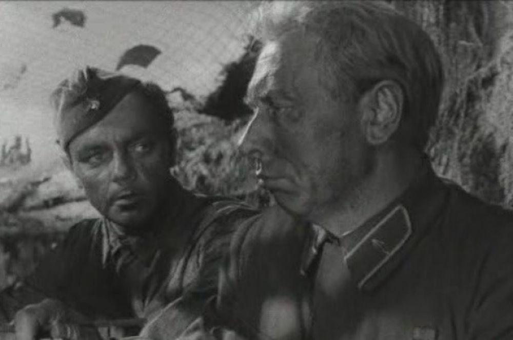 Фильм «Живые и мертвые», 1964 год. Анатолий Папанов в роли генерала Серпилина, освобожденного из тюрьмы после сталинских репрессий. Картина повествует о первых месяцах Великой Отечественной войны. Это первая драматическая роль в карьере Анатолия Папанова.