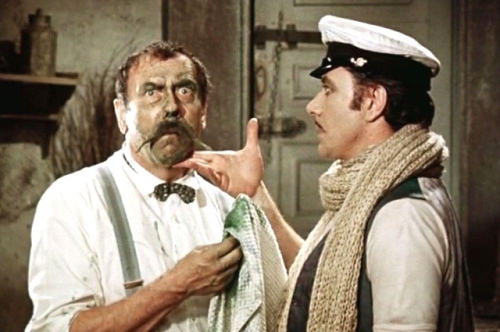 Фильм «12 стульев», 1976 год. Еще один прекрасный комедийный дуэт Анатолия Папанова с Андреем Мироновым. Актер играет аристократа Кису Воробьянинова, потерявшего состояние во время революции, но не теряющего надежды вновь разбогатеть.