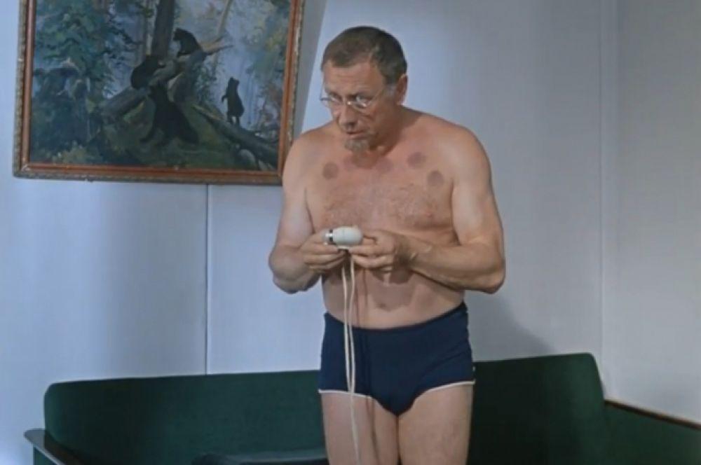 Фильм «Джентльмены удачи», 1972 год. В комедии «Джентльмены удачи» Анатолий Папанов стал героем эпизода с шахматами. Незадачливый игрок проигрывается жуликам и остается лишь в одних плавках. Не последнее место в данном комедийном эпизоде занимают следы от банок на спине и груди Папанова.