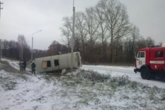 ВЧувашии вкювет опрокинулся автобус спассажирами, есть раненые