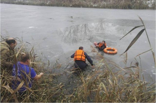 Суздальские пожарные спасли утопающего вледяной воде