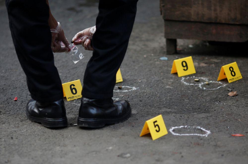 В ответ филиппинский президент Родриго Дутерте сделал несколько резких заявлений, призвав не вмешиваться во внутренние дела его страны.