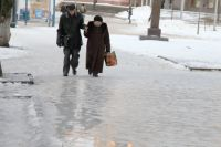 Тротуары покрываются коркой льда