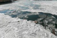 До наступления устойчивых морозов лёд очень тонкий.