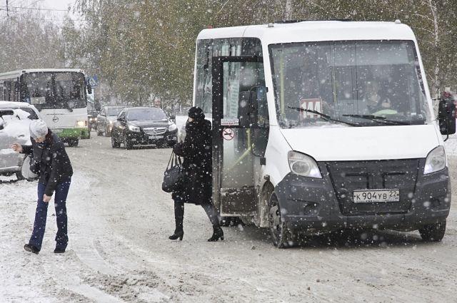 Последствия снегопада приходится устранять оперативно.