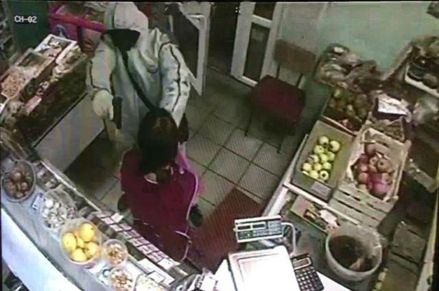 Милиция разыскивает налетчика, ограбившего магазин впоселке Карагайлинский