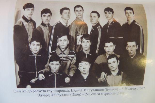 Эдуард Хайруллин стоит в среднем ряду, второй слева.