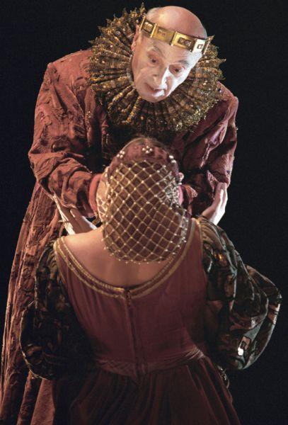 1998 год. Сцена из спектакля «Гамлет» по пьесе Уильяма Шекспира, в роли Артиста — Владимир Этуш.