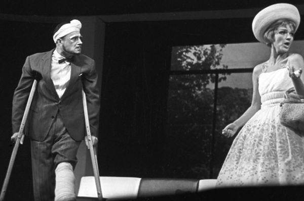 1964 год. Владимир Этуш (Адриан Блендербленд) и Юлия Борисова (Эпифания) в сцене из спектакля по пьесе Бернарда Шоу «Миллионерша».