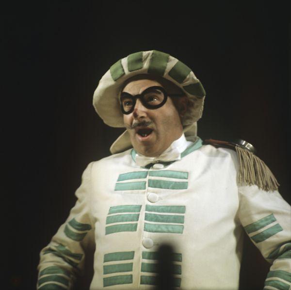 1971 год. Владимир Этуш в роли Бригеллы в сцене из спектакля итальянского драматурга Карло Гоцци «Принцесса Турандот» в московском академическом театре имени Вахтангова.