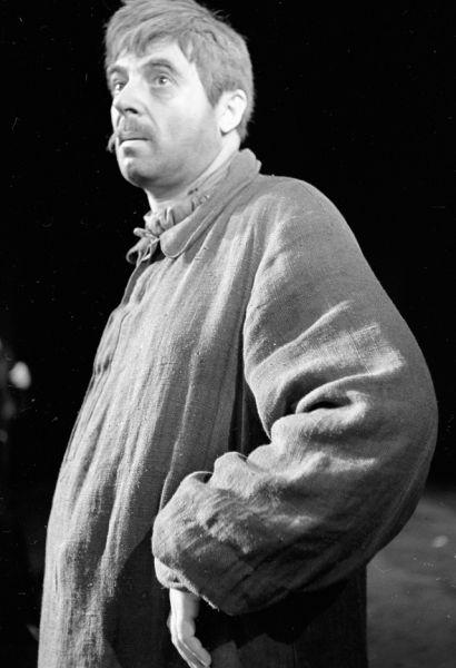 1965 год. Артист Московского академического театра имени Евгения Вахтангова Владимир Этуш в сцене из спектакля по роману Эмиля Золя «Западня».