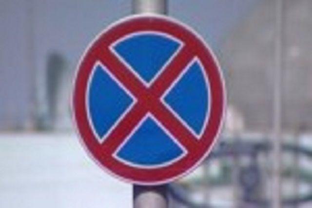 На данном участке дороги планируется установить знаки «Остановка запрещена» и «Работает эвакуатор».