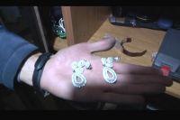 Серьги, украденные из элитного особняка, найденные в квартире подозреваемого.