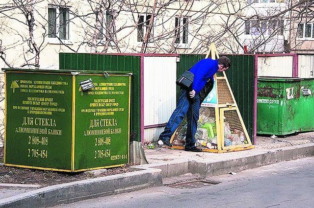 В каждую коробку бросайте свой вид мусора, помогая его переработке
