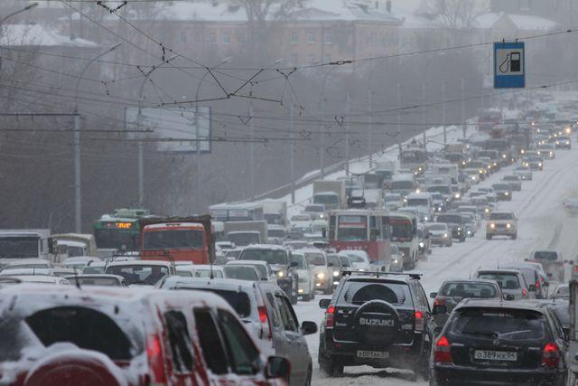Снегопад установил Красноярск в9-балльные пробки