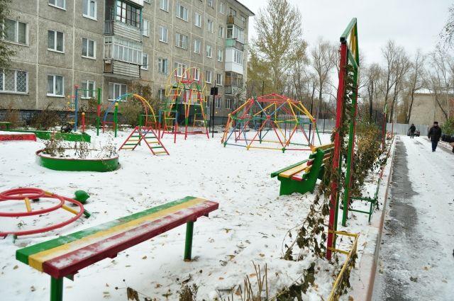 Детская площадка стала разноцветной.