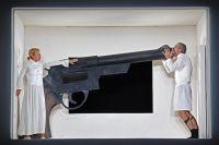 Громадный револьвер с комнату… «Осторожно, он заряжен!» - кричит любимому Людмила и выталкивает, как шкаф, в дверь…